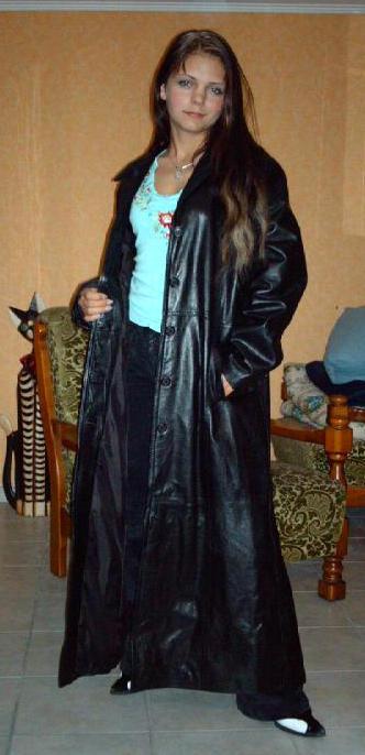 Девушка в кожаном плаще видео фото 300-628